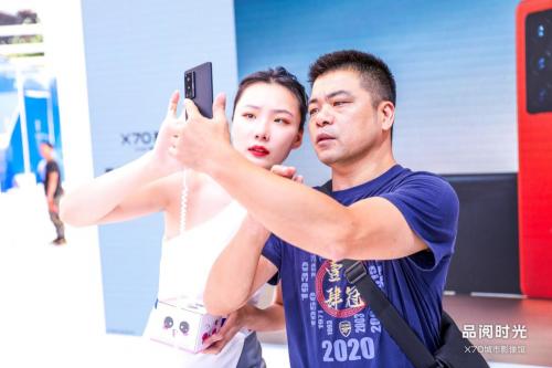vivo X70系列首销路演亮相重庆观音桥 多重福利引抢购!
